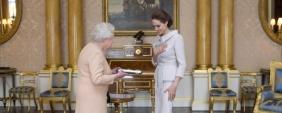 Angelina Jolie é condecorada por Isabel II!